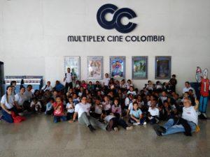 Con Cine Colombia y voluntarios de Alquería, fundación beneficiaria disfruto de una película